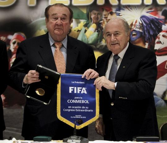 Nguyên chủ tịch CONMEBOL Nicolas Leoz (trái) hiện đang nằm bệnh viện ở tuổi 86
