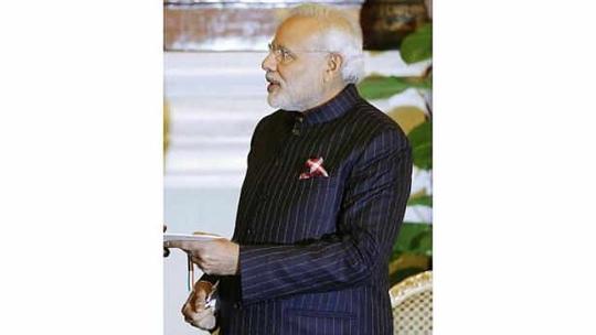 Chiếc áo vest Thủ tướng Modi từng mặc trong cuộc gặp Tổng thống Obama được bán với gía gần 700.000 USD. Ảnh: Reuters