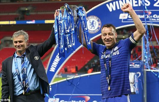 HLV Mourinho và Terry nâng cao cúp vô địch