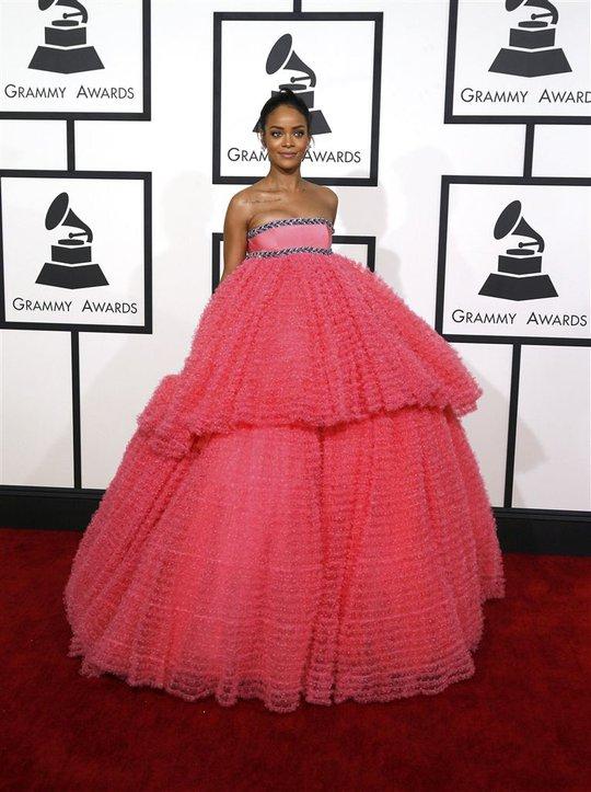Rihanna nổi bật trên thảm đỏ Grammy