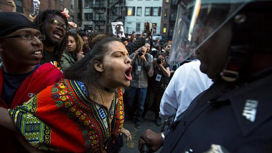 Một người biểu tình hét vào mặt cảnh sát. Ảnh: Reuters