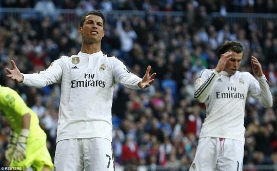 Ronaldo giận dữ sau pha chơi bóng cá nhân của Bale