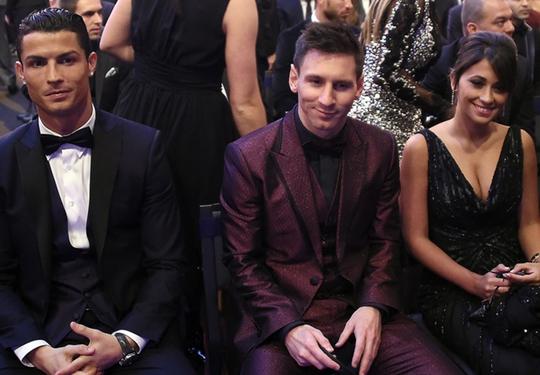 Ronaldo lẻ loi trong khi Messi có vợ kề bên