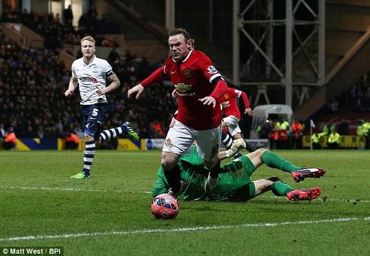 Pha bóng được cho là ăn vạ của Rooney