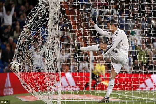 Ronaldo bực dọc vì không thể ghi bàn