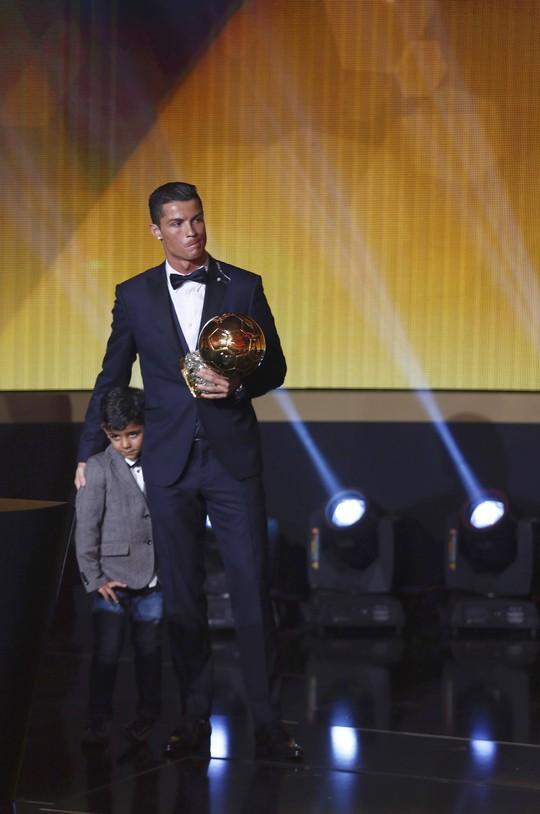 Ronaldo và con trai trên bục nhận giải