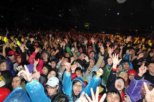 Khán giả Hà Nội đội mưa, bất chấp cái lạnh kỷ lục của Hà Nội trong năm nay để cổ vũ các rocker