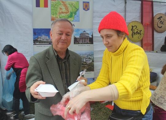 Đại sứ Romania, ngài Valerui Arteni đã trực tiếp vào bếp lấy thức ăn, đóng gói cho khách