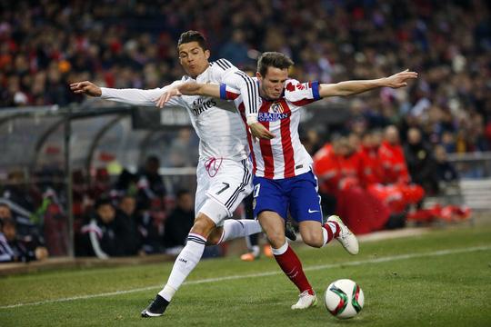 Ronaldo (trái) ra sân từ băng ghế dự bị trong trận thua Atletico Madrid
