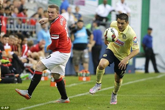 Rooney (trái) được cho đá đúng vị trí sở trường trong chuyến du đấu hè của M.U