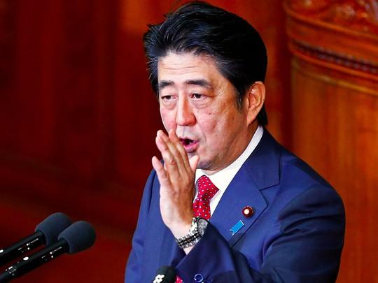 Thủ tướng Shinzo Abe sẽ không đến dự lễ diễu binh. Ảnh: Reuters