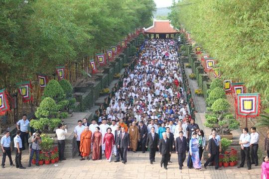 Đoàn diễu hành tiến về Khu tưởng niệm các Vua Hùng trong không khí trang nghiêm