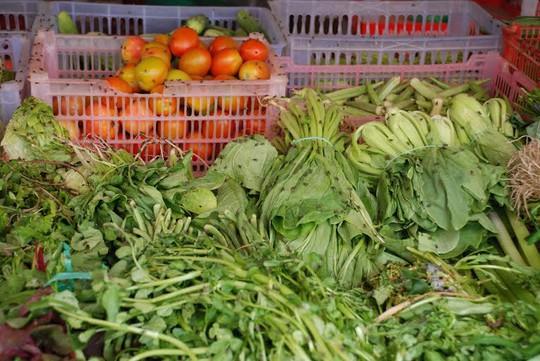 Ruồi bám trên rau quả của người dân buôn bán tại ngã tư chợ Bến Sắn.