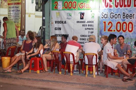 Cấm bán rượu bia sau 22 giờ: Đừng nửa vời!
