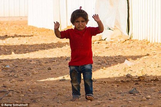 Thêm một cô bé Syria đầu hàng ống kính máy ảnh. Ảnh: Daily Mail