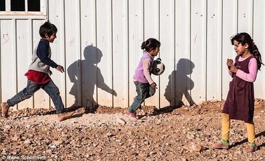 Tuổi thơ trong trại tị nạn... Ảnh: Daily Mail