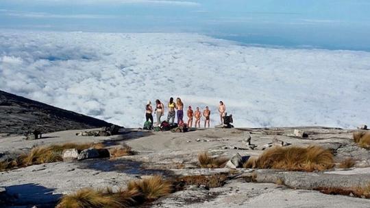Những bức ảnh những du khách cời đồ chụp ảnh trên đỉnh núi thiêng được phát tán trên Facebook đã khiến người dân Sabah phẫn nộ.