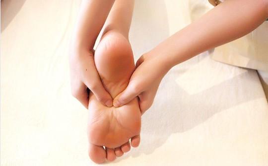 Tê chân – dấu hiệu của bệnh thần kinh tọa - Báo Người lao động