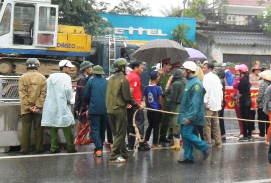 Người dân ở Thanh Hóa tràn ra đường kiến nghị lực lượng chức năng cho mở đường ngang để ra đồng cho gần