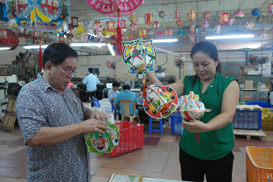 Ông Huỳnh Văn Khánh đang kiểm tra các mẫu lồng đèn mới mùa trung thu 2015