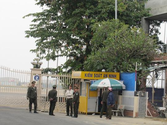 An ninh thắt chặt trước cổng ra vào sân bay Đà Nẵng trong sáng 2-1