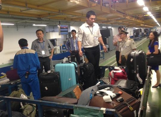 Đoàn công tác Cục Hàng không Việt Nam kiểm tra khu cực sân đỗ hành lý tại sân bay Nội Bài - Ảnh: Phương Nhung