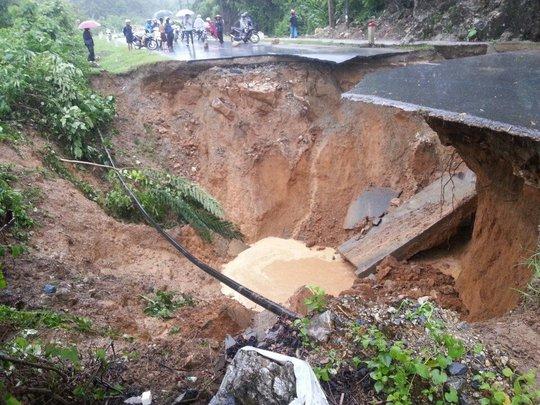 Sạt lở nghiêm trọng trên quốc lộ 4D đoạn Phong Thổ, Lai Châu, gây ách tắc giao thông. Ảnh: Thanh Thảo