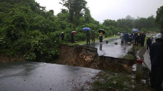 Đường Quốc lộ 4D trên địa bàn tỉnh Lai Châu bị đứt gây ách tắc, tê liệt giao thông hoàn toàn. ảnh Thanh Thảo
