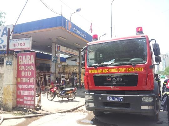 Vụ cháy kho giấy vụn xảy ra ngay gần cây xăng Petrolimex