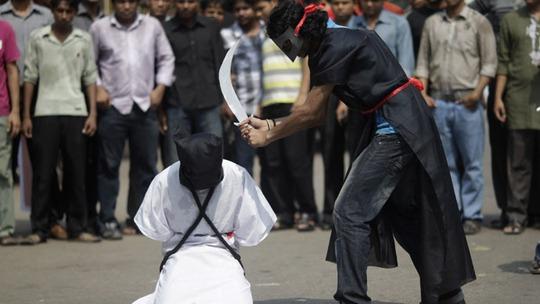 Những vụ tử hình bằng cách chặt đầu phạm nhân công khai và bêu xác thị chúng tại Ả Rập Saudi bị lên án là man rợ. Ảnh: Reuters