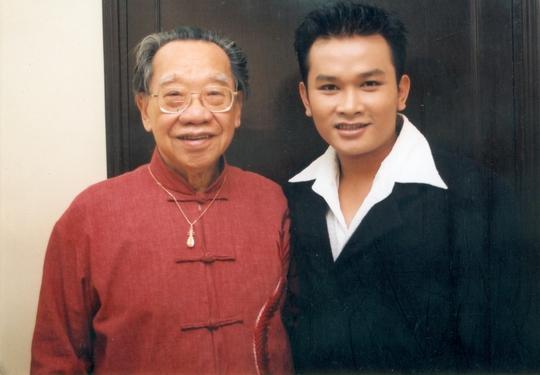 NSƯT Hữu Quốc và GSTS Trần Văn Khê năm 2000