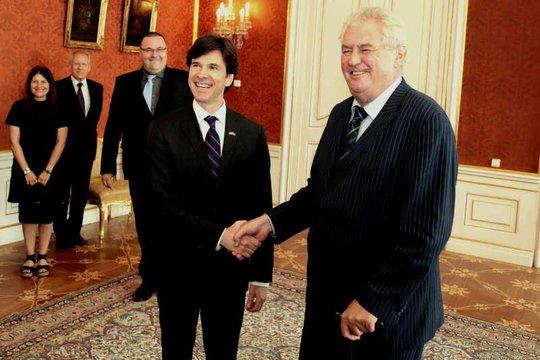 Đại sứ Mỹ Andrew Schapiro (trái) bắt tay với Tổng thống Cộng hòa Czech Milos Zeman. Ảnh: Prague Post