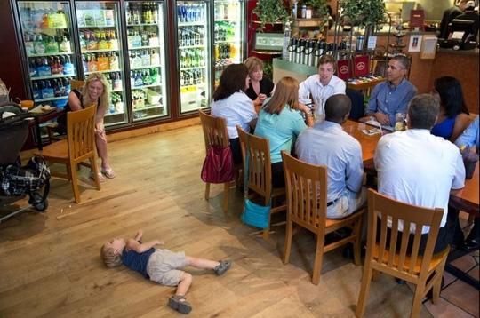Cậu bé nằm soài ra đất khi Tổng thống đang ăn trưa