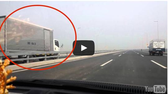 Xe tải đi ngược chiều (trong vòng tròn đỏ)- ảnh cắt từ clip