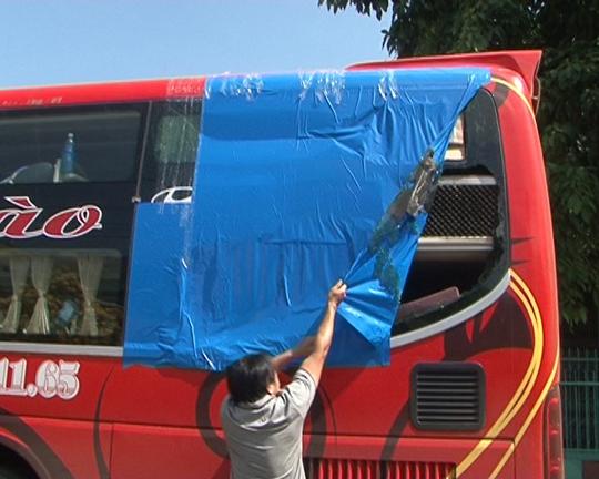 Nhà xe Định Hào bị ném đá làm vỡ kính khiến 1 hành khách bị thương ở mặt