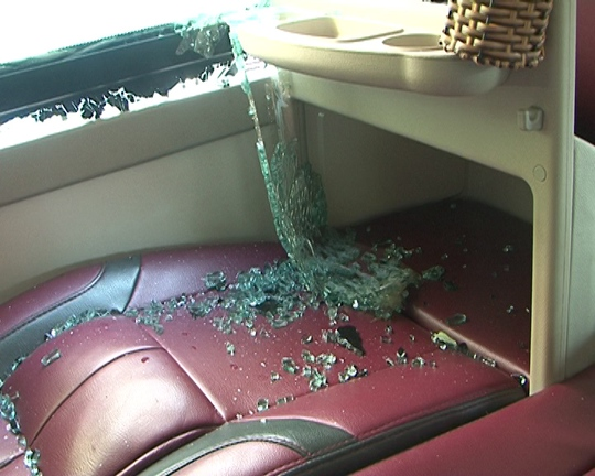 Nhiều hành khách trên các xe bị thương vì kính văng vào