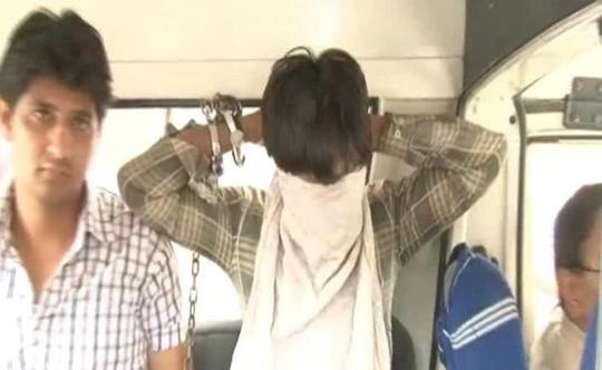 Nghi phạm Ravinder Kumar, 24 tuổi, (che mặt) bị bắt. Ảnh: NDTV