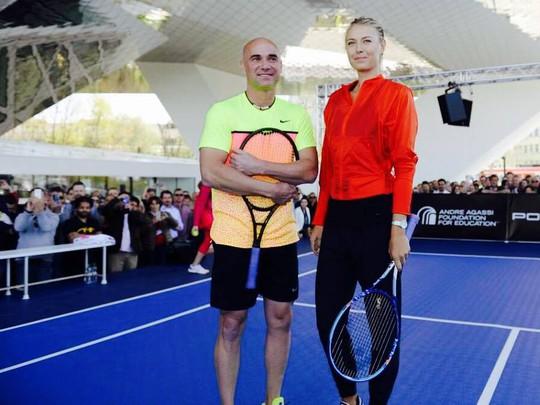 Sharapova với huyền thoại Agassi ở Giải Stuttgart