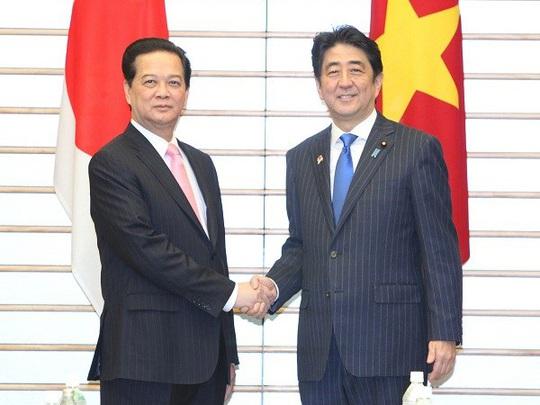 Thủ tướng Nguyễn Tấn Dũng và Thủ tướng Shinzo Abe trong chuyến thăm Nhật Bản tháng 12-2013 - Ảnh: TTXVN