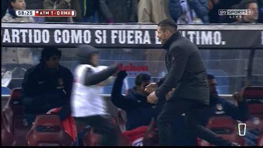 Xem màn ăn mừng như điên của HLV Simeone với con trai