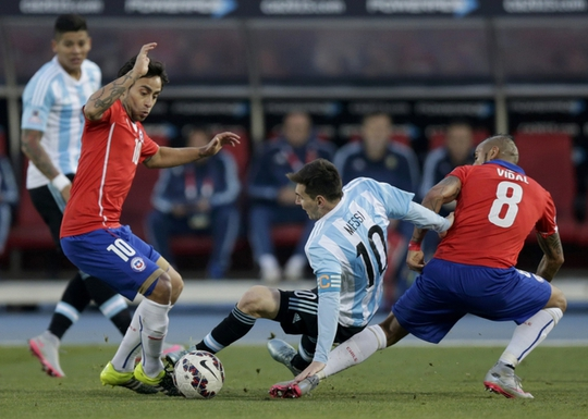 Những hình ảnh thường thấy của Messi trong trận chung kết Copa Armerica 2015 với Chile