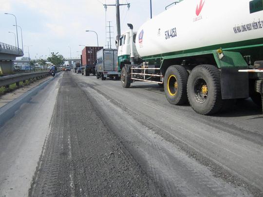 Gần 500 m đoạn mặt đường bị lún nặng cơ bản đã được cào, san bằng hoàn chỉnh