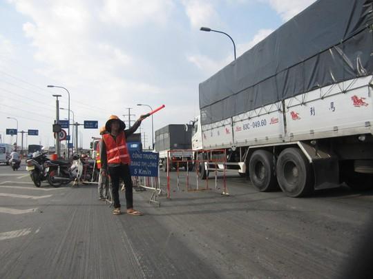 Các công nhân tăng cường điều tiết, phân làn giao thông nên không xảy ra tình trạng ùn tắc
