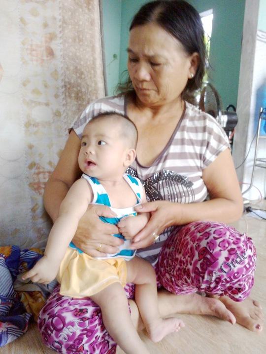 Bé sơ sinh bị bỏ rơi đang được bà Phan Thị Thái chăm sóc