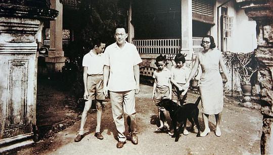 Ông Lý Quang Diệu bên cạnh vợ và các con. Ảnh: SINA