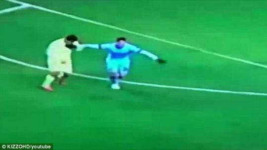 Tình huống mà báo chí Anh cho rằng Suarez cắn hậu vệ của Man City