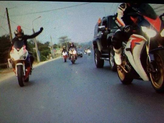 Hình ảnh anh Sứ đăng tải trên facebook cho biết đây là hình ảnh mà đoàn mô tô của anh đã xin phép vượt qua đoàn mô tô Tân Bình và anh Vinh đã ra hiệu chấp nhận