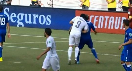 Suarez từng cắn Chiellini và Ivanovic (ảnh dưới)