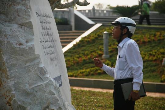 Phó chủ tịch tỉnh Quảng Nam, ông Nguyễn Chín có mặt tại tượng đài để theo dõi quá trình sửa lỗi chính tả