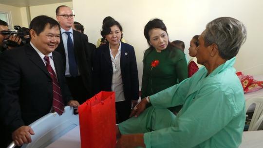 Bộ trưởng Nguyễn Thị Kim Tiến thăm và tặng quà bệnh nhân ung thư  tại Trung tâm Ung bướu Bệnh viện Chợ Rẫy